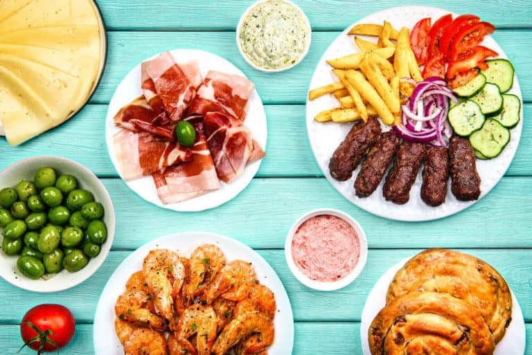 אוכל מסורתי במונטנגרו - נג'וסי פרושוטו, גבינה תוצרת בית, קבאפי, בורק, זיתים ושרימפסים מטוגנים