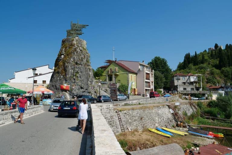 אנשים על הגשר ב Virpazar - כפר בעיריית בר, מונטנגרו, הממוקם באזור קרמניצה, החוצה את נהר קרמניצה, הזורם לאגם סקאדר.